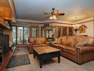 Chateaux DuMont 2710  Less than a block from Ski lifts! Private Hot Tub! by Summ