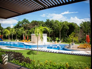 ✭✭BRAND NEW✭✭ Pool-front 2-story Luxury Condo