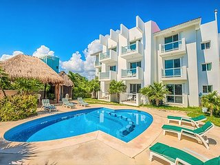 Cute 2BR & 1 BA condo with Swimming Pool, Right on the Beach - Wifi, AC