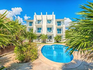 Kid-Friendly Beachfront condo with Pool - Wifi, AC