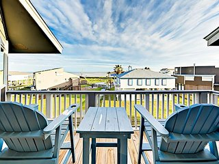 Walk to Karankawa Beach! Renovated 2BR w/ 2 Balconies & Waterfront Views
