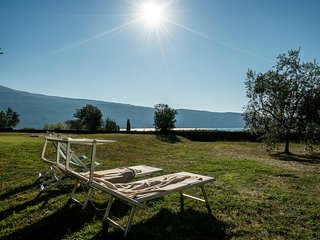 La Limonaia - lake-view villa with access to a very close beach