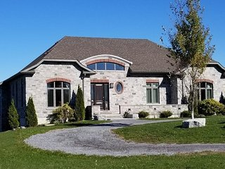 Loyalist House with spectacular views of the Bay of Quinte, 100+ 5 star reviews across all services