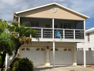 Palmetto Sea Breeze Cottage, Salt Water Pool home only 2 min from Beach.