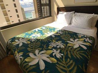 Waikiki Banyan 2206B