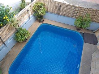 Vue piscine depuis terrasse du 1er étage