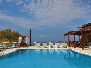 Maganos Ennea:Traditional one bedroom apt, for 2 persons, enjoys a shared pool