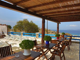 Maganos Tria:Traditional one bedroom apt, for 2 persons, enjoys a shared pool
