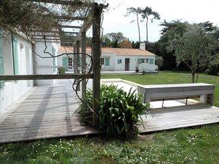 Villa boisdelachaise 100 m plage 13 personnes jardin de3700 m2 piscine chauffee