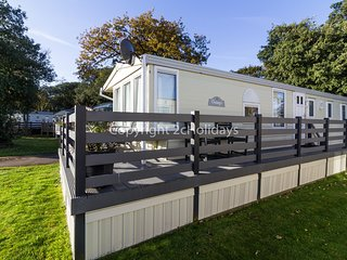 7 berth caravan at Azure Seas Holiday Park. In Lowesoft, Norfolk. REF 32024