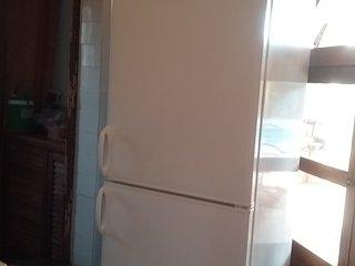 le combi-frigo de 245L avant son installation dans l'arrière-cuisine