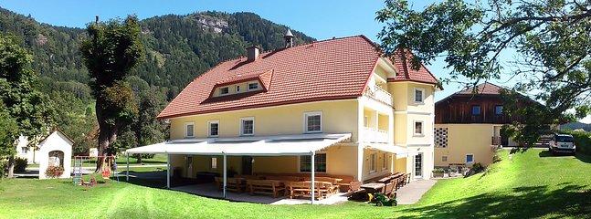 Rückseite vom Bauernhaus mit Terrasse
