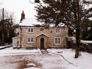 Weirside Cottage Grade II listed chocolate box cottage, lawned garden and patio