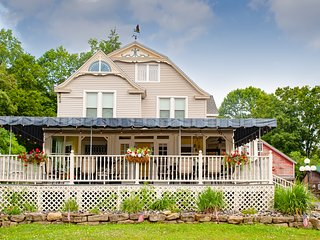 Blue Heron Inn Whole-House Vacation Rental with a Lake View