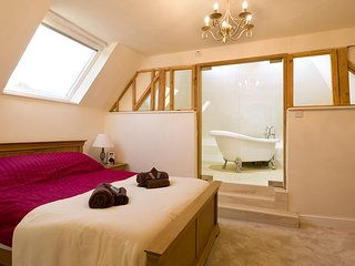 Jacuzzi, masseur, spa offer and dogs welcome: Chocolate box cottage