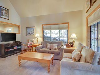 Gorgeous home w/ SHARC access - shared pools & hot tub - convenient location!