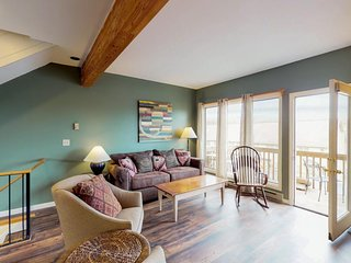 NEW LISTING! Lovely, dog-friendly townhome w/private hot tub - steps to slopes