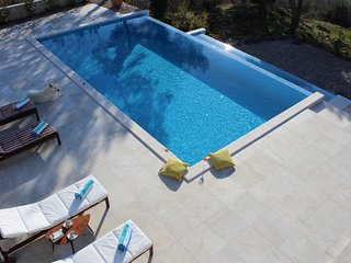 Beautiful Villa Yanko with Heated Pool and Sea View, 5 minutes from the beach