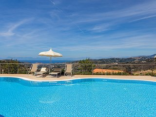 Camella Villa Sleeps 4 with Pool Air Con and WiFi - 5229681