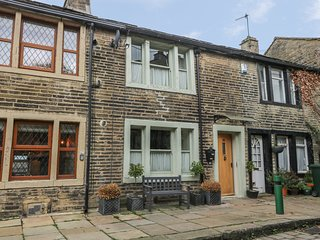 BAY COTTAGE, romantic pet-friendly character cottage, woodburners, WiFi, Haworth