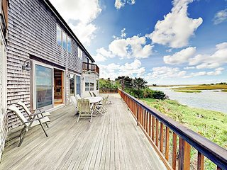 3BR Waterfront Home on Bucks Creek Marsh w/ Private Deck, Dock & Kayaks