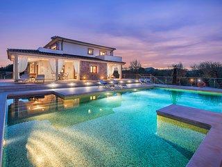 Spectacular 5 bedrooms 5 bathrooms villa with luxurious pool, garden & sauna