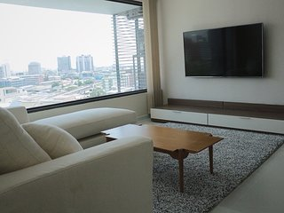 2 bedrooms luxury condo with massive skylight 200m. to metro