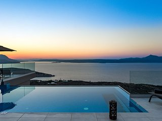 Luxury, seaview, serenity, heated pool, gym, sleeps 10/ Akri