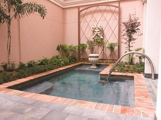 Luxe Studio w/ Resort Outdoor Saltwater Spa, Indoor Hot Tub  & Onsite Concierge