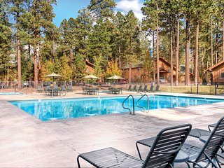 Cozy Studio w/ Fireplace, Private Balcony, Resort Pool & Two Hot Tubs