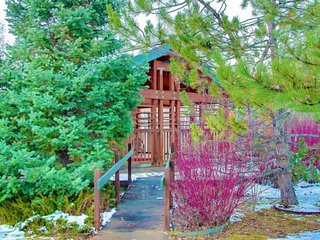 Amazing Slope Views, Community Hot Tub, Fireplace, Steps to Bus/Shops, 5 min dri