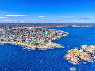 Oceanfront home w/ deck & great view of ocean/Nubble Light - walk to beaches!