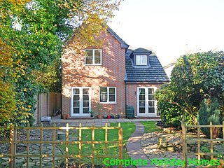 Grove House - a modern 4 bedroom detached house sleeping 8 (+2)