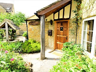 Unique 16th Century Jacobean Cottage, 2 min walk to shops, parking, quiet lane!