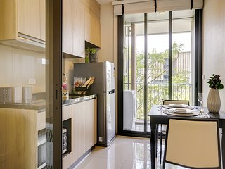 Modern 1 Bed w/Balcony Spacious One Bed condo 20-minutes from Phra Khanong
