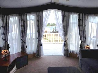 TATTERSHALL LAKES Luxury Caravan*Lake View*En-Suite*Central Heated**LARCH VIEW*