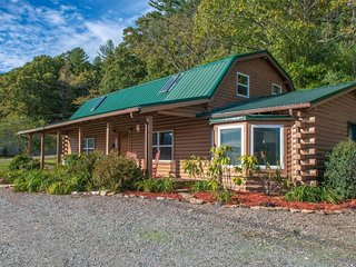 NEW LISTING! Lofty, family-friendly cabin w/ fireplace, porch, grill & firepit
