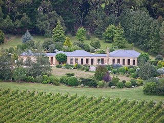 Sandstone Estate Red Hill - Luxury Estate and Vineyard with WiFi, Foxtel, OFP, l