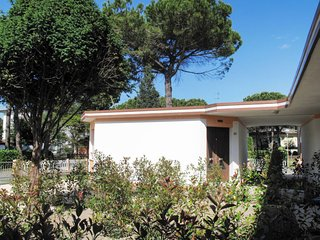 2 bedroom Villa with Air Con and Walk to Beach & Shops - 5638628