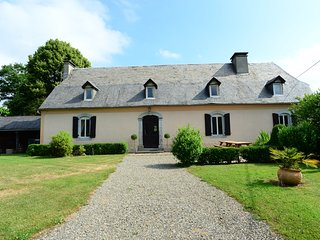 Elegant Pyrenean house, idyllic views with pool, perfect for family gatherings