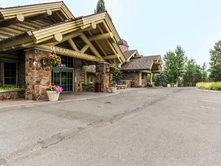 Pools, hot tubs, ski bus, and more - Sun Valley has it all!