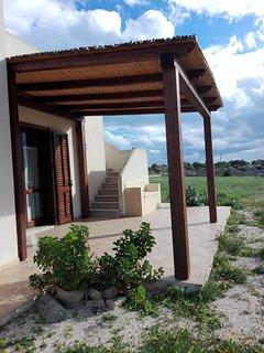 Copertura veranda esterna all'ingresso e scala che porta sul terrazzo.. per solarium