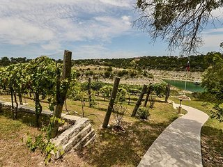 Chardonnay Haus: Lakefront Villa on Vineyard—45 Mins from Downtown Austin