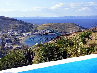 Charming and cozy villa with aswimming pool and sea view overlooking the Port