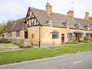 Weavers Cottage is a beautiful Cotswold stone cottage, with stunning features