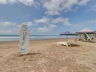 Comfortable condo w/ shared pool & porch w/hammock - walk to the beach!