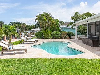 ACCESS TO PRIVATE BEACH. Huge backyard, w/pool, dock, BBQ, bicycles.