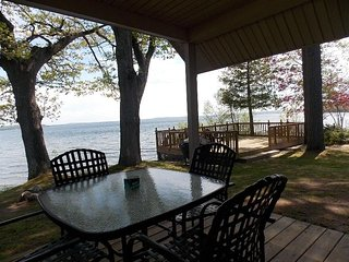 MERRY MULLETT LAKE HOUSE: All-sports lake, 30 min. from Mackinac! Private Dock,