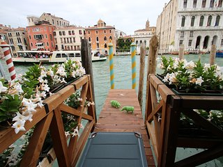 LUXURY ENCHANTING SPACE ON THE GRAND CANAL view and relax, from the private deck