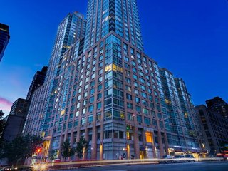 LUXURY 2 BEDROOM LOCATED IN THE HEART OF MIDTOWN WEST